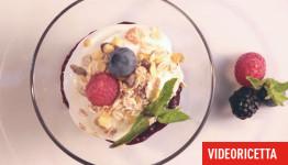Ricetta veloce: bicchierini di yogurt ai frutti di bosco con miele e muesli. Ricetta con i frutti di bosco surgelati Asiago Food.